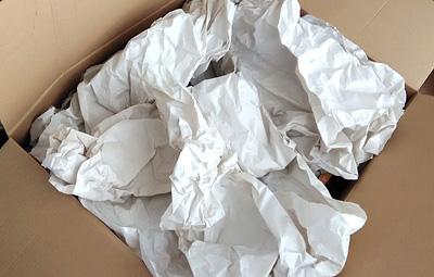ダンボールに梱包材をしきつめる